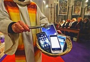 ISTJERIVANJE ĐAVLA PREKO ŽICE: Rekordan broj slučajeva potaknuo katoličke svećenike da provode egzorcizam preko telefona