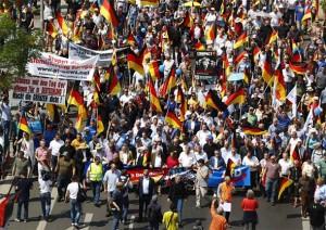 NJEMAČKA NA NOGAMA: U BERLINU TISUĆE LJUDI PROSVJEDOVALO NA SKUPU PROTIV IMIGRANATA I 'KRIMINALKE' ANGELE MERKEL
